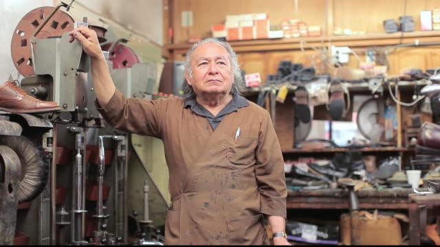stockvideo's en b-roll-footage met ms shopkeeper in his shop / santa monica, california, united states - jaar 2000 stijl