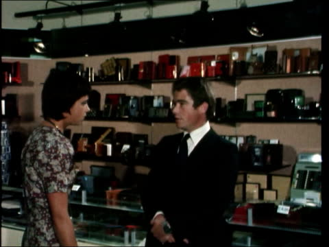 shoplifting; - ladendieb stock-videos und b-roll-filmmaterial