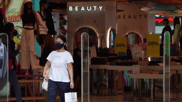 slomo a shopper leaves topshop on oxford street on july 24 2020 in london england from today it is compulsory for shoppers to wear face masks inside... - retail stock videos & royalty-free footage