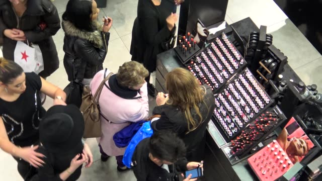 vídeos y material grabado en eventos de stock de shoppers at the herald square macy's department store on december 23 a day before christmas eve / women looking at facial cosmetics / christmas... - herald square