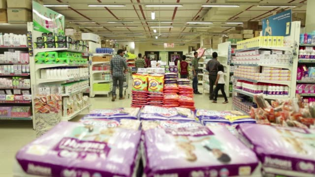 vídeos y material grabado en eventos de stock de shoppers browse goods at a dmart supermarket operated by avenue supermarts ltd in thane maharashtra india on saturday feb 13 laundry detergent sit... - detergente para la ropa