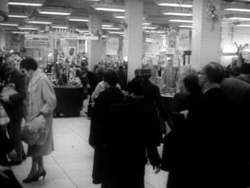 vídeos y material grabado en eventos de stock de shoppers browse in a department store. - gran almacén