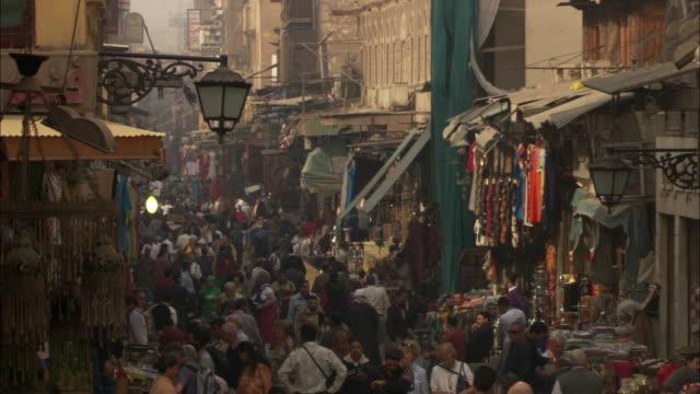 vidéos et rushes de shoppers crowd a bazaar in casbah, cairo, egypt. - forteresse