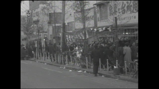 shoppers crowd sidewalks in tokyo on a winter day. - 1950~1959年点の映像素材/bロール