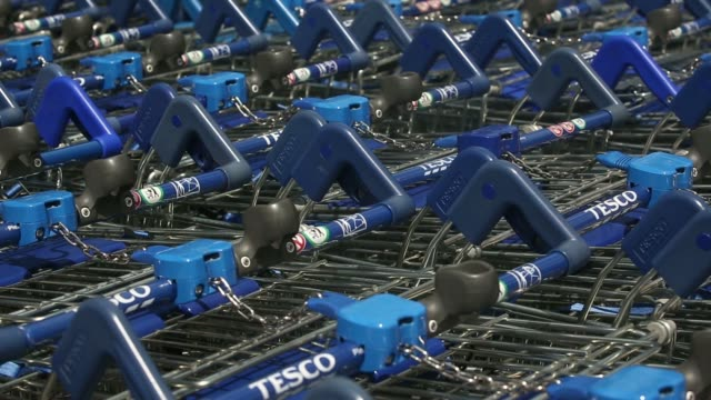 vídeos de stock, filmes e b-roll de shoppers enter and leave a tesco extra supermarket operated by tesco plc in london uk on tuesday july 1 general views tesco extra signage tesco logos... - produto interno bruto