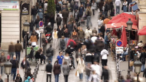 vidéos et rushes de t/l ws ha shoppers in rue caumartin / paris, france - rue
