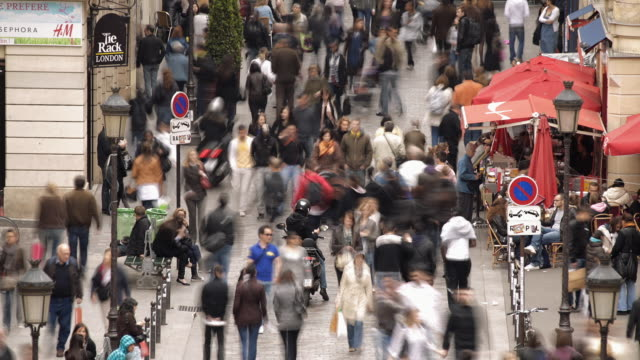 vidéos et rushes de t/l ws ha shoppers in rue caumartin / paris, france - affluence