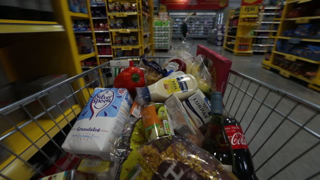 vídeos de stock e filmes b-roll de shoppers inside morrisons supermarket in st. ives, cambridgeshire, uk, on wednesday, august 19, 2020. - cadeia de lojas