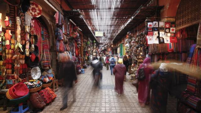 vidéos et rushes de shoppers maneuver through the souq in marrakech, morocco. - maroc