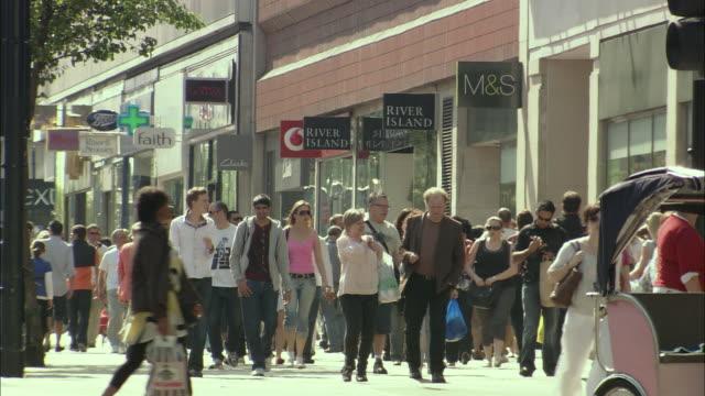 ws shoppers on oxford street, london, uk - butiksskylt bildbanksvideor och videomaterial från bakom kulisserna