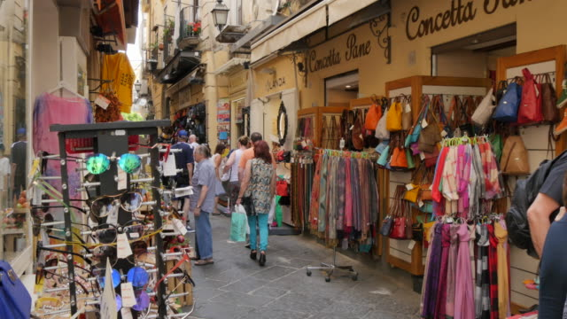 vidéos et rushes de shoppers on via s. cesareo, sorrento, costiera amalfitana (amalfi coast), unesco world heritage site, campania, italy, europe - unesco