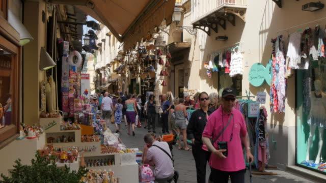vidéos et rushes de shoppers on via s. cesareo, sorrento, costiera amalfitana (amalfi coast), unesco world heritage site, campania, italy, europe - héritage
