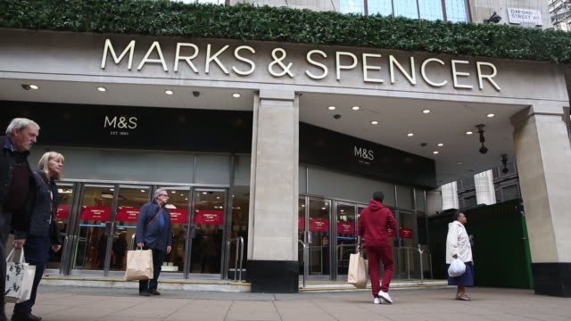 vídeos y material grabado en eventos de stock de shoppers passing a marks & spencer store on oxford street on october 19, 2016 in london, england. inflation rose to 1.0% in september up from 0.6% in... - finanzas y economía