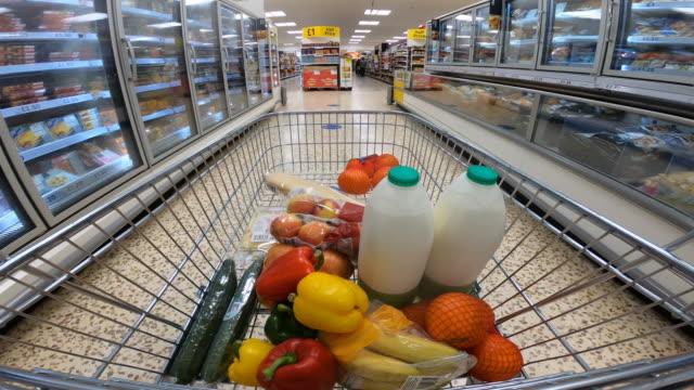 stockvideo's en b-roll-footage met het standpunt van het winkelend publiek dat zich door supermarktgangpad beweegt. - dairy product
