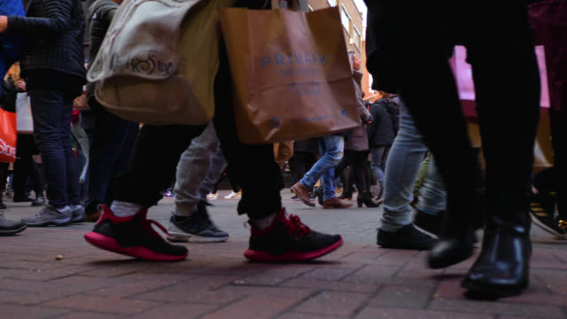 shoppers rush about on carnaby street in london - einkaufstasche stock-videos und b-roll-filmmaterial