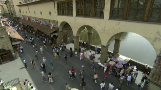 shoppers stroll through an outdoor market in florence. - 商売場所 市場点の映像素材/bロール
