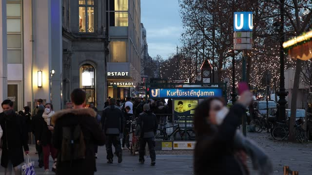 shoppers walk past kurfuerstendamm shopping street on the last day before most shops are to close under a hard lockdown before christmas during the... - day stock-videos und b-roll-filmmaterial