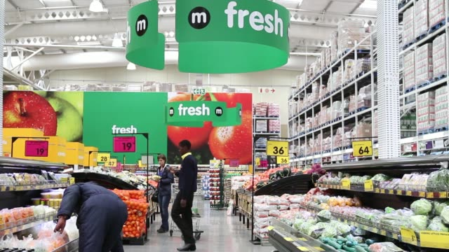 vídeos de stock, filmes e b-roll de shoppers walk through grocery section of a makro cash and carry store operated by massmart holdings ltd in alberton south africa on wednesday june 25... - produto interno bruto