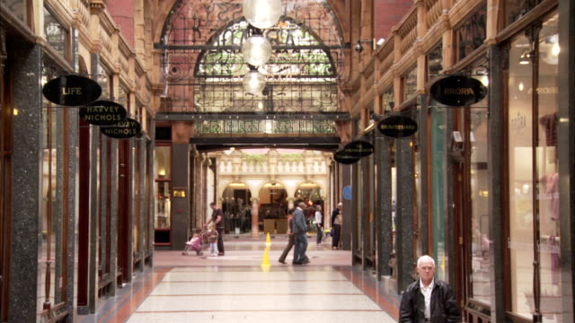 stockvideo's en b-roll-footage met shoppers walk through the cross arcade on king edward street in leeds. available in hd. - scrollen