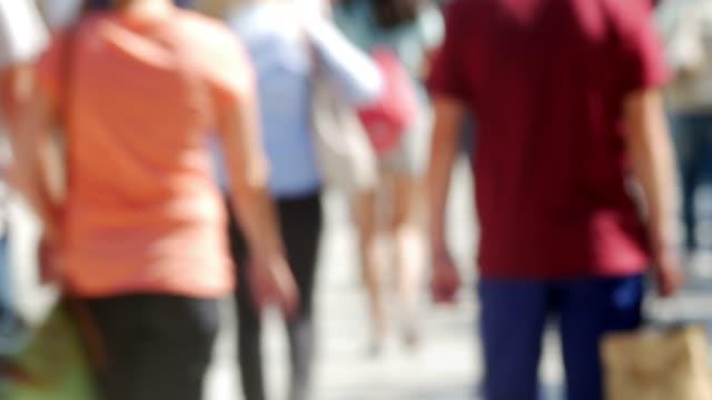 vídeos y material grabado en eventos de stock de compradores caminando en la calle de la ciudad - ubicaciones geográficas