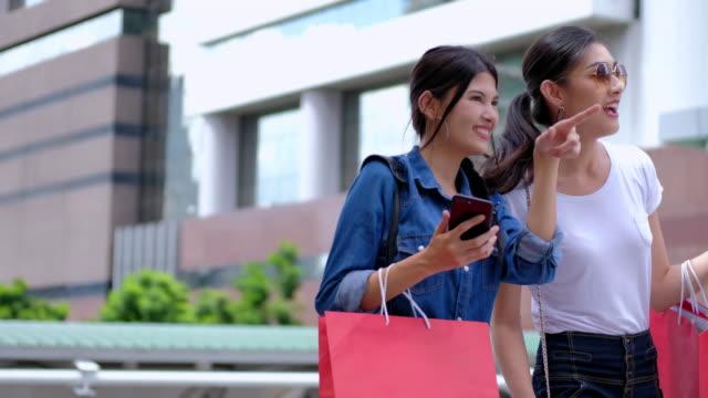 vídeos de stock, filmes e b-roll de mar: shopping: 4k: melhores amigas, fazer compras no shopping. - bolsa objeto manufaturado