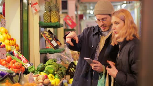 einkaufen bei einem gemüsehändler - mit dem finger zeigen stock-videos und b-roll-filmmaterial