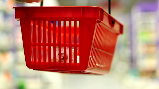 stockvideo's en b-roll-footage met shopping basket - mand