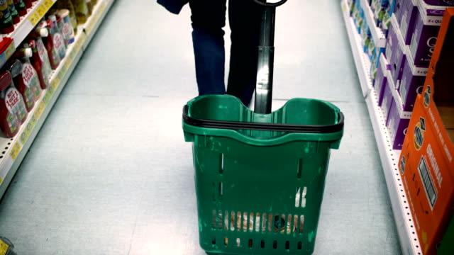 vídeos de stock, filmes e b-roll de cesta de compra-venda, conceito do consumerism-rolo de b - carrinho meio de transporte