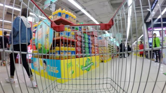 vídeos de stock, filmes e b-roll de shopping cart in supermarket - mercado espaço de venda no varejo