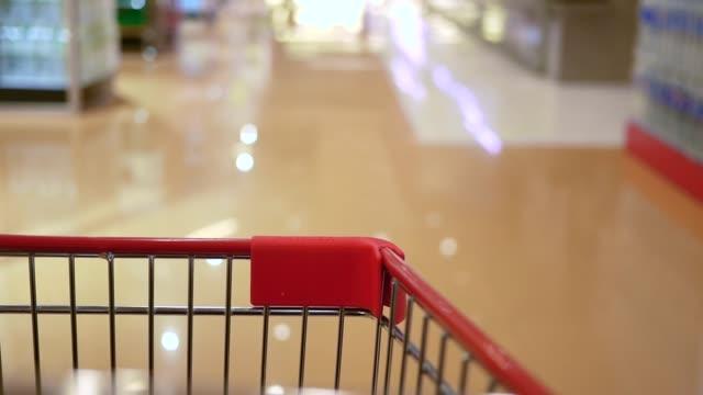 vídeos de stock, filmes e b-roll de carrinho de compras no supermercado - mercado espaço de venda no varejo