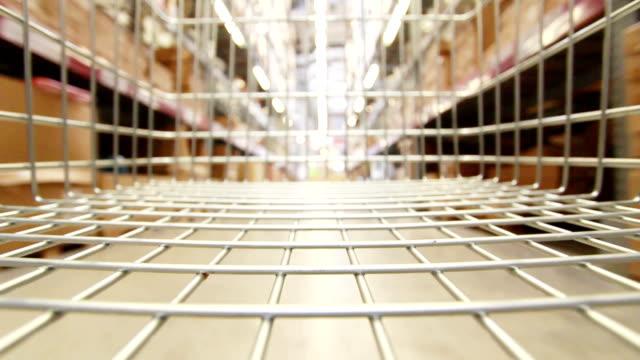 vídeos de stock, filmes e b-roll de carrinho de compras em movimento por loja - mercado espaço de venda no varejo