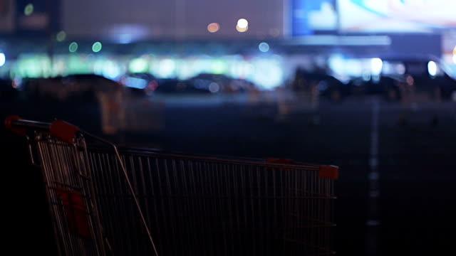 vídeos de stock, filmes e b-roll de carrinho de compras perto de supermercado à noite - mercado espaço de venda no varejo