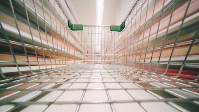 vídeos de stock, filmes e b-roll de pov shopping carrinho de compras em supermercado - mercado espaço de venda no varejo