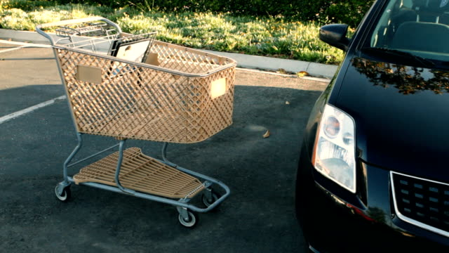 stockvideo's en b-roll-footage met shopping cart slams into car - auto ongeluk