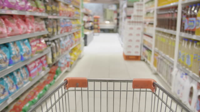 vídeos de stock e filmes b-roll de shopping cart pov supermarket - dolly shot