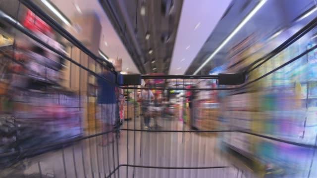 vídeos de stock, filmes e b-roll de lapso de tempo do carrinho de compras - mercado espaço de venda no varejo