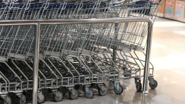 vídeos de stock, filmes e b-roll de carrinho de compras  - mercado espaço de venda no varejo