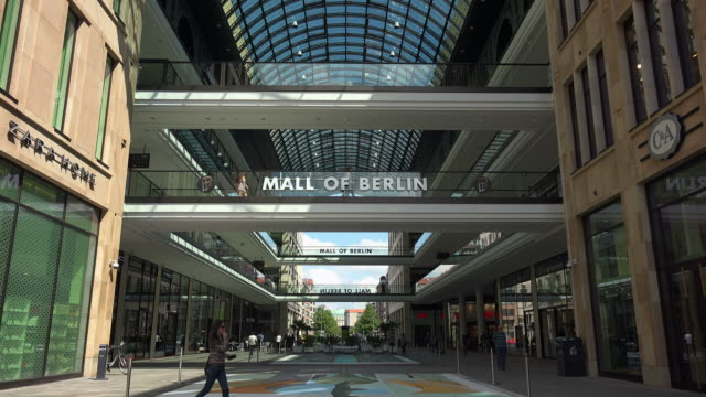 vidéos et rushes de shopping centre lp12 mall of berlin, leipziger platz square, berlin, germany - panneau d'entrée