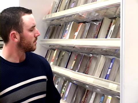 vídeos y material grabado en eventos de stock de tiendas de libros (pal, dv - sólo hombres jóvenes