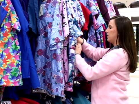 vídeos y material grabado en eventos de stock de compras para la ropa (pal, dv - sólo mujeres jóvenes