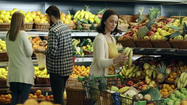 vídeos y material grabado en eventos de stock de compras de comestibles - escoger