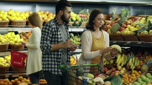 食料品ショッピングに - 生鮮食品コーナー点の映像素材/bロール
