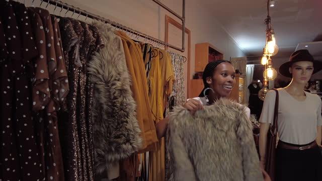 vidéos et rushes de shopping dans le magasin de vêtements trouver des articles en vente qu'elle aime - shopaholic