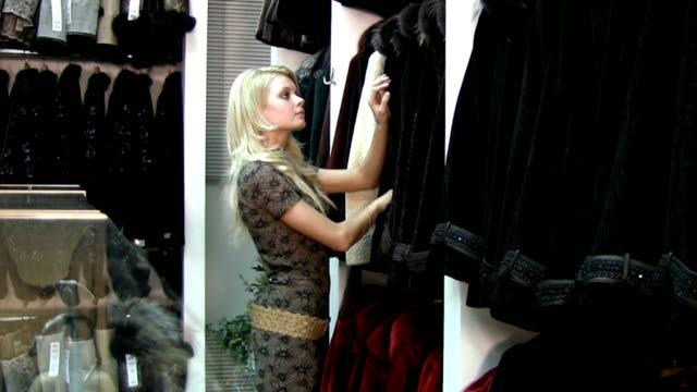 shopping nel negozio di pelle - cappotto invernale video stock e b–roll