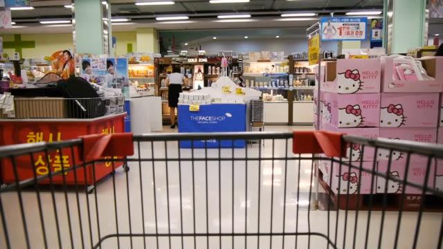 ms pov t/l shopping in supermarket / seoul, south korea - einkaufswagen stock-videos und b-roll-filmmaterial