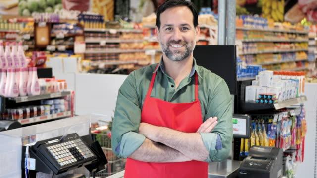 vídeos de stock e filmes b-roll de shopping in supermarket - américa latina