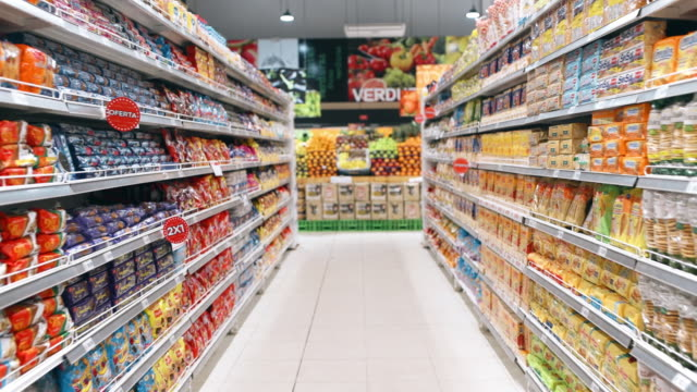vídeos de stock e filmes b-roll de shopping in supermarket - prateleira objeto manufaturado