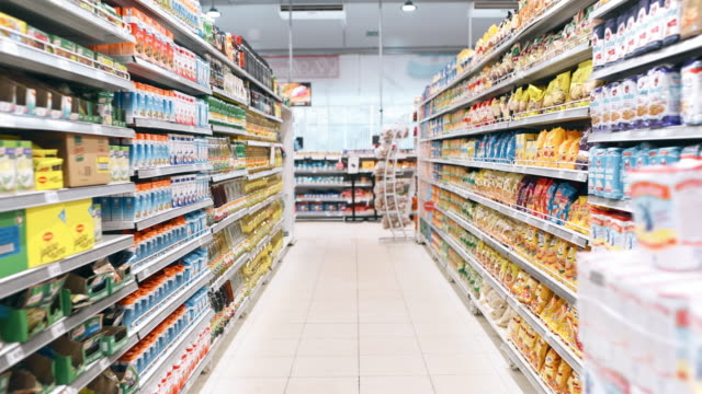 einkaufen im supermarkt - subjektive kamera ungewöhnliche ansicht stock-videos und b-roll-filmmaterial