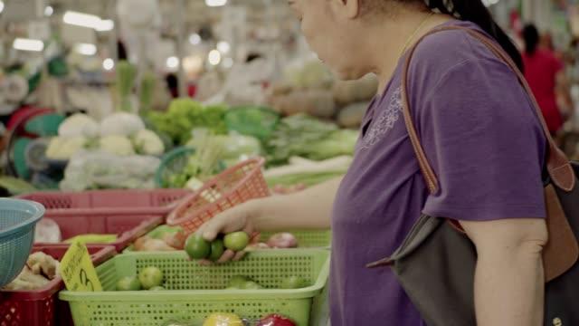 vídeos y material grabado en eventos de stock de compras en el mercado. - 60 64 años