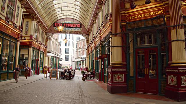 shopping mall at london. leadenhall market - neunzehntes jahrhundert stock-videos und b-roll-filmmaterial